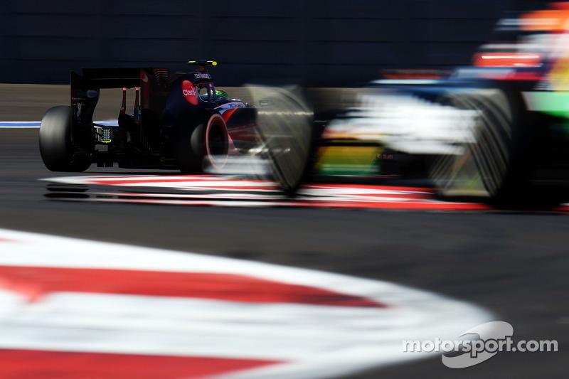 Esteban Gutierrez, Sauber C33 leads Nico Hulkenberg, Sahara Force India F1 VJM07
