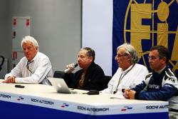 国际汽联召开新闻发布会,讨论玛鲁西亚F1车队车手朱尔斯·比安奇在日本大奖赛铃鹿赛道的事故:查理·怀汀,国际汽联代表;让·托德,国际汽联主席;Jean-Charles Piette,国际汽联医疗代表;Dr Ian Roberts,国际汽联医生