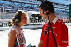 Alexander Rossi, piloto reserva da Marussia F1 Team, com Jennie Gow, repórter de pitlane da BBC Radio 5 Live