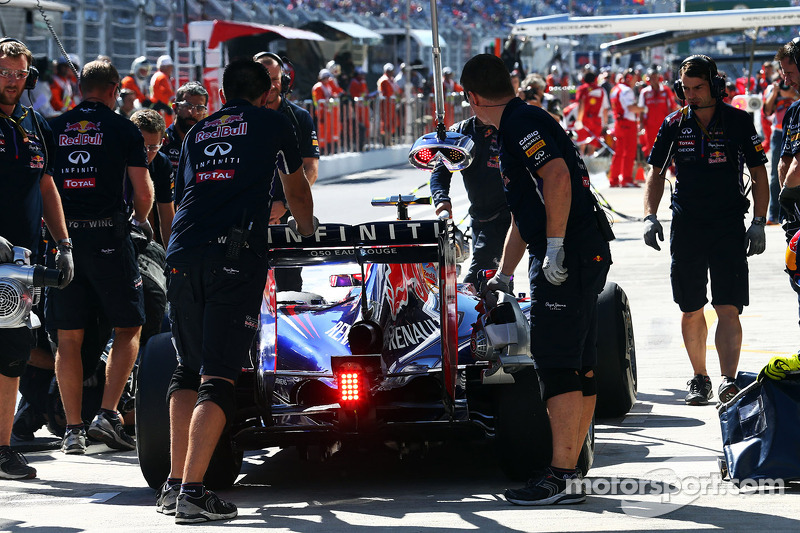 Daniel Ricciardo, Red Bull Racing RB10 in the pits