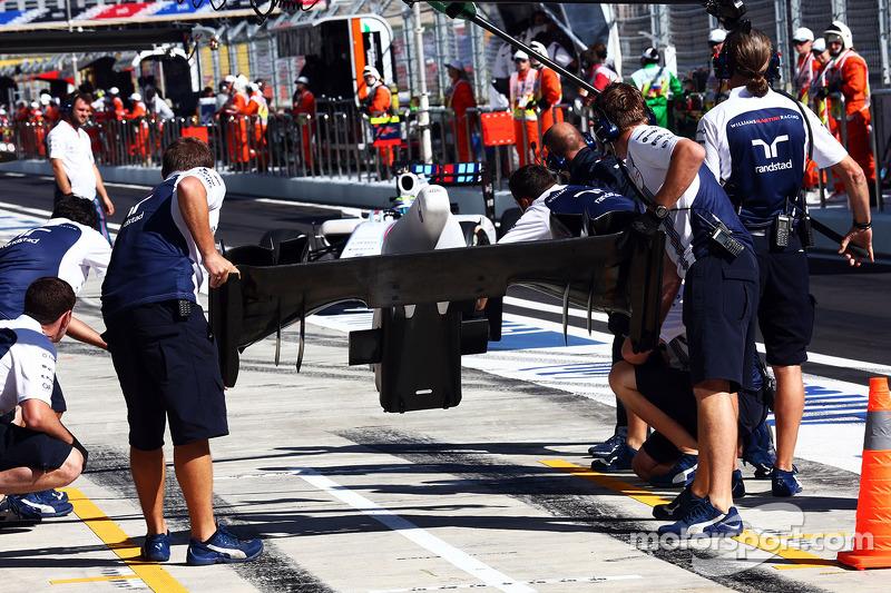 Felipe Massa, Williams FW36 changes his front wing
