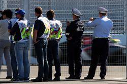 Personale della sicurezza osserva Esteban Gutierrez, Sauber C33