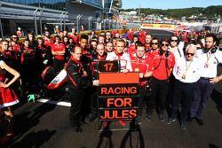 Max Chilton, Marussia F1 Team y los miembros del equipo muestran su apoyo a Jules Bianchi en la parr