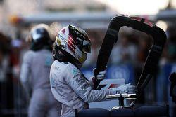 Il vincitore della gara Lewis Hamilton su Mercedes W05 Hybrid nel Parco Chiuso