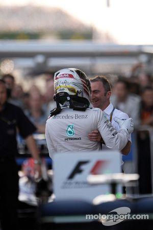 Il vincitore della gara Lewis Hamilton (Mercedes AMG F1) al Parco Chiuso con Paddy Lowe, direttore e
