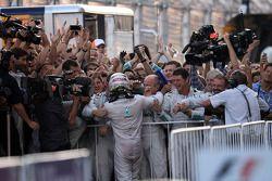 Il vincitore della gara Lewis Hamilton (Mercedes AMG F1) festeggia con il team nel Parco Chiuso