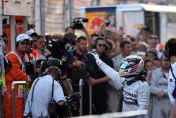 Il vincitore della gara Lewis Hamilton (Mercedes AMG F1) festeggia nel Parco Chiuso