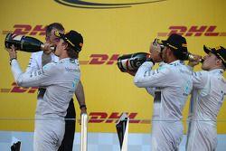 Nico Rosberg, Mercedes AMG F1 W05 con Lewis Hamilton, Mercedes AMG F1 e Valtteri Bottas, Williams FW