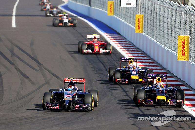 Daniil Kvyat, Scuderia Toro Rosso STR9 ve Sebastian Vettel, Red Bull Racing RB10 pozisyon için mücadele ediyor