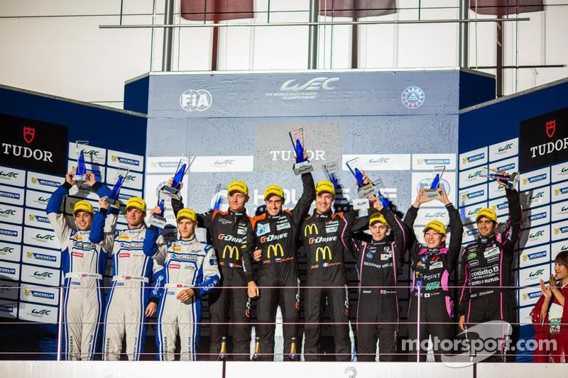 LMP2组领奖台:冠军罗曼·鲁西诺夫,奥利维尔·普拉,朱利安·卡纳尔,亚军马修·豪森,理查德·布拉德利,亚历山德雷·因佩拉托利,季军井原庆子,古斯塔沃·雅卡曼,阿莱克斯·布伦德尔
