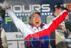 Yoshiaki Kinoshita, Team Başkanı kutlama yapıyor