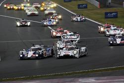 Arrancada: #8 Toyota Racing Toyota TS040-Hybrid: Anthony Davidson, Sebastien Buemi and #20 Porsche T