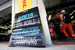 Mercedes AMG F1 festeggia la vittoria nel campionato costruttori 2014