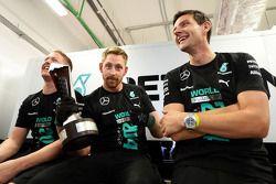 Mercedes AMG F1 la squadra festeggia la vittoria nel Campionato Costruttori 2014