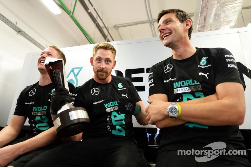 Los miembros del equipo Mercedes AMG F1 celebran el Campeonato de constructores de 2014
