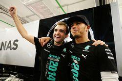 Lewis Hamilton, Mercedes AMG F1 cfesteggia la vittoria nel Campionato Costruttori 2014 con il team