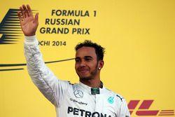 Il vincitore della gara Lewis Hamilton (Mercedes AMG F1) festeggia sul podio