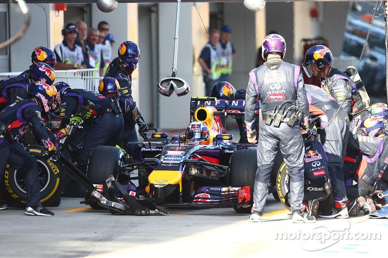Daniil Kvyat, Scuderia Toro Rosso STR9 pit stop