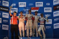podium race 2, winner Mehdi Bennani, Honda Civic WTCC, Proteam Racing, second place Tiago Monteiro,