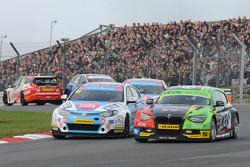 Sam Tordoff, MG KX Clubcard Fuelsave en Colin Turkington, eBay Motors, leidt bij de start