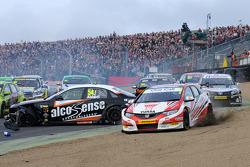 Matt Neal, Honda Yuasa Racing en de puinhoop na de start van race 1