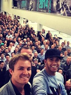 Nico Rosberg und Lewis Hamilton machen Selfie mit Mercedes-Fabrikarbeitern