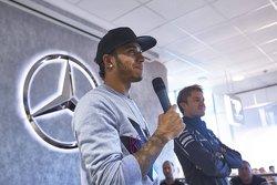 Lewis Hamilton und Nico Rosberg sprechen zu Mercedes-Fabrikarbeitern