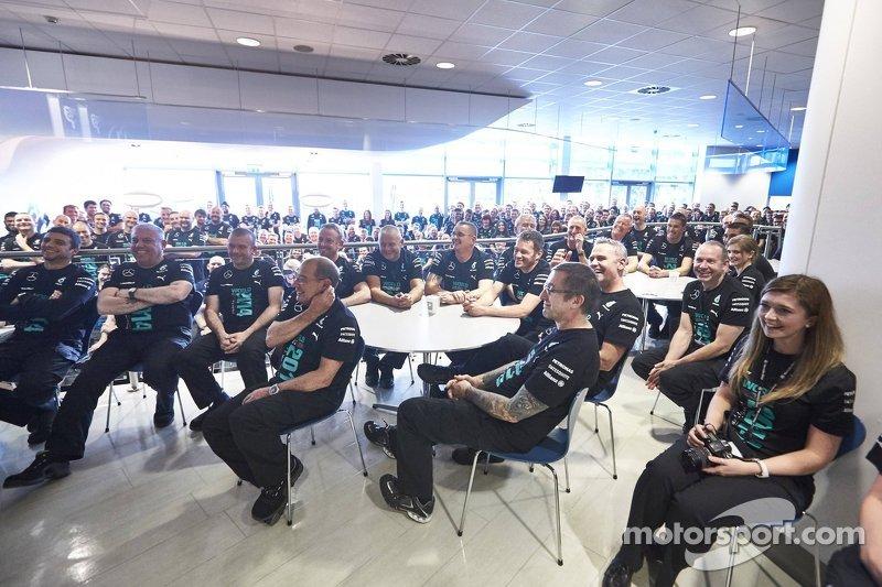 Los trabajadores de fábrica escuchan Lewis Hamilton y Nico Rosberg