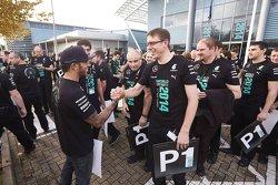 Lewis Hamilton begrüßt Mercedes-Fabrikarbeiter