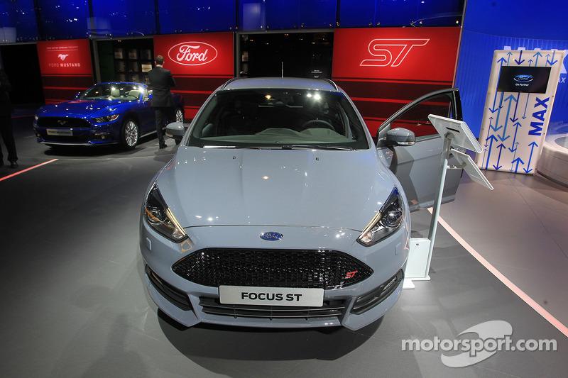 ford focus st sw at paris auto show coches fotos. Black Bedroom Furniture Sets. Home Design Ideas