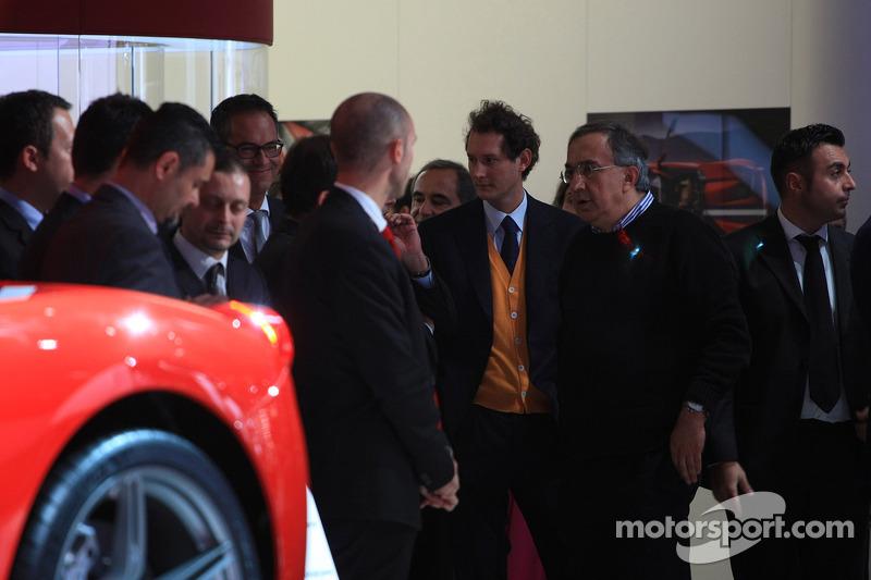 John Elkann (ITA) Presidente de Fiat y Sergio Marchionne (ITA) Director general de Fiat Chrysler Group con el nuevo Ferrari 458 Speciale A