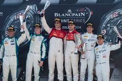 Podyum: Yarış galipleri Cesar Ramos, Laurens Vanthoor, ikinci sıra Peter Kox, Nicky Catsburg, üçüncü