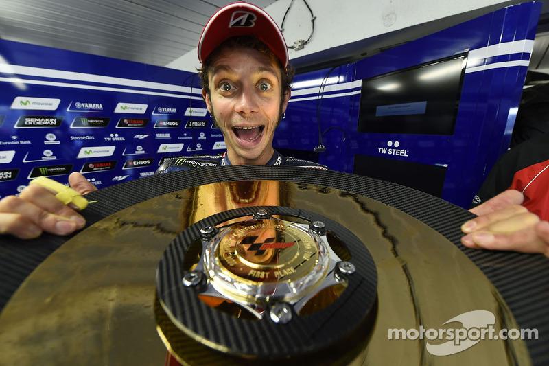 Valentino Rossi berpose dengan trofi MotoGP Australia