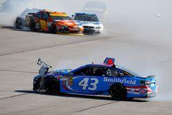 Aric Almirola, Richard Petty Motorsports Ford y Kyle Busch, Joe Gibbs Racing Toyota chocan