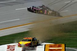 Joey Logano, Penske Ford e Jamie McMurray, Ganassi Racing Chevrolet incidente