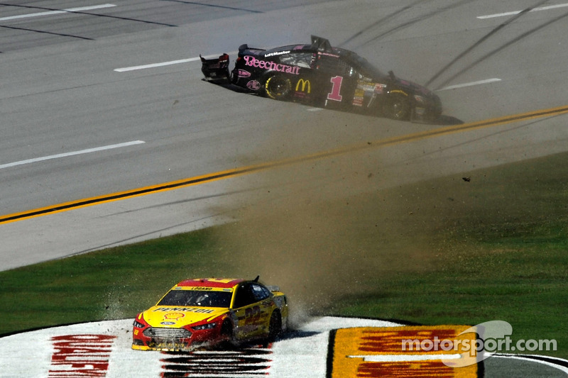 Joey Logano, Penske Ford e Jamie McMurray, Ganassi Racing Chevrolet incidente