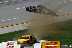 Joey Logano, Team Penske Ford and Jamie McMurray, Ganassi Racing Chevrolet crash