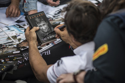 Alex Zanardi signe des autographes