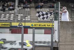 #84 HTP Motorsport 梅赛德斯 SLS AMG GT3: 马克西米利安·格策, 马克西米利安·布克 获得胜利
