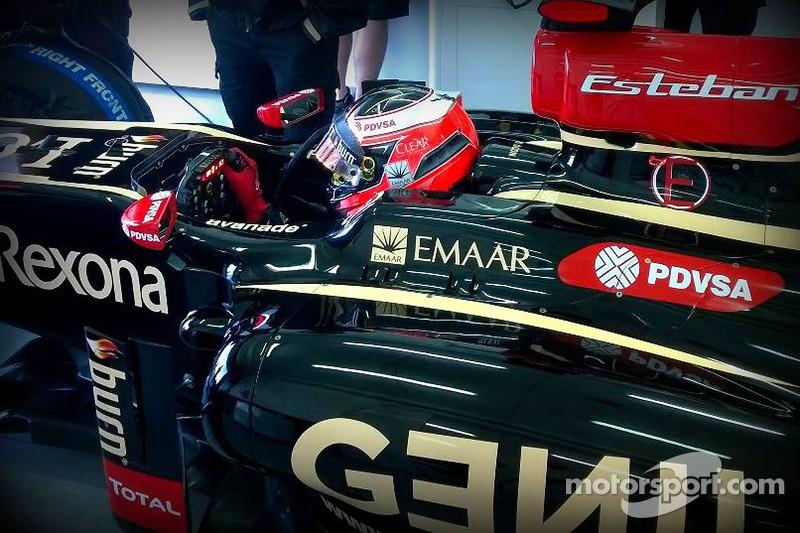 Esteban Ocon en el E22 de Lotus F1 Team en el circuito Yas Marina