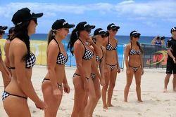 Miss V8 Supercar Volleyball Spiel gegen die Piloten
