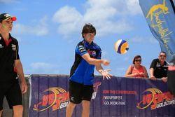 Señorita V8 Supercar juego de voleibol contra los pilotos