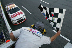 Dale Earnhardt Jr., Hendrick Motorsports Chevrolet se lleva la victoria