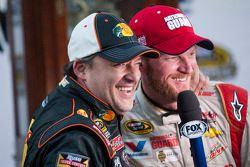 Racewinnaar Dale Earnhardt Jr. met Tony Stewart