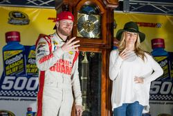 Racewinnaar Dale Earnhardt Jr. met vriendin Amy Reimann
