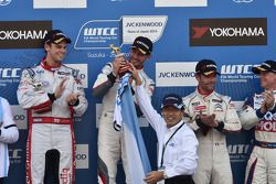 Себастьен Лёб, Том Чилтон и Хосе-Мария Лопес . Сузука, воскресенье, после первой гонки.