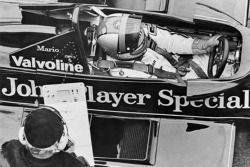 Mario Andretti y Colin Chapman