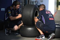Ingegneri Red Bull addetti alle gomme