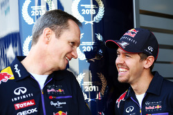 (Da sinistra a destra): Jonathan Wheatley, Red Bull Racing Team Manager con Sebastian Vettel, Red Bull Racing