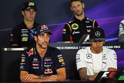 Daniel Ricciardo, Red Bull Racing y Lewis Hamilton, Mercedes AMG F1 en la conferencia de prensa de l